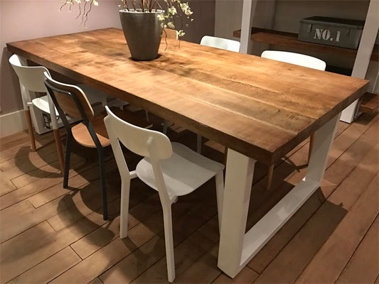 Table pied fer forge plateau bois maison design for Table cuisine en bois